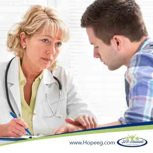 دكتور يقوم بمعالجة وتشخيص مدمن