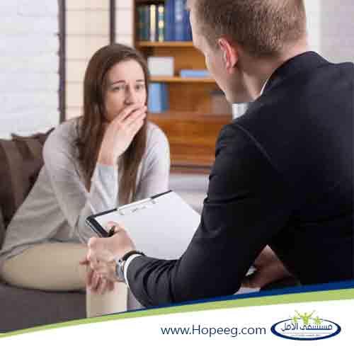 دكتور يقوم بجلسة علاج الادمان النفسي لمدمن داخل مستشفي الامل لعلاج الادمان